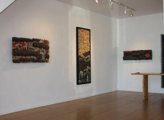 vue d'exposition Offrandes, galerie du Viaduc, 2009.  oeuvres murales céramique.